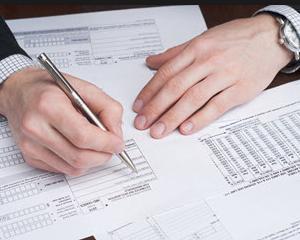 Cum se determina cifra de afaceri care serveste drept referinta pentru stabilirea plafonului de 220.000 de lei