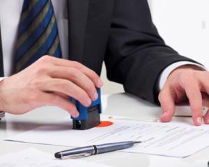A fost publicata legea care elimina obligativitatea stampilei pentru firme si PFA